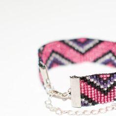 Bracelet manchette en perles tissées - motif triangles argent, noir, violet et rose