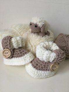 Lieve stoere babyslofjes met boord en sierbandje €9,95. Blijven goed aan de voetjes zitten!