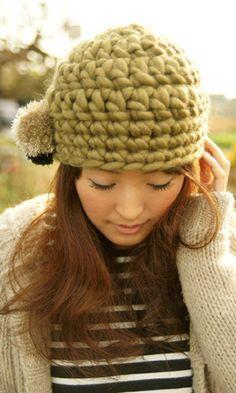 ぽんぽんを横に付けて、フェミニンな印象に♪かぎ針編みで編むニットキャップの編み方!