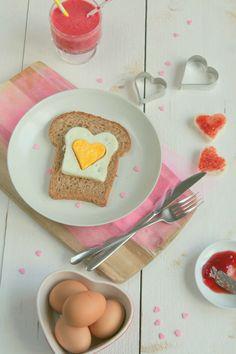 Met een paar alledaagse ingrediënten draai je in een handomdraai een compleet Valentijn ontbijt in elkaar met brood, ei en een lekker drankje. #valentijn #ontbijt Lunch Snacks, Valentines Day, Eggs, Yummy Food, Breakfast, Seeds, Valentine's Day Diy, Morning Coffee, Delicious Food