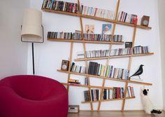 La bibliothèque Mikado de Compagnie, joue le rôle de sculpture murale et met en scène les livres de la maison.