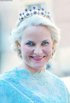 Royalist till the end : She looks like Elsa of Frozen here