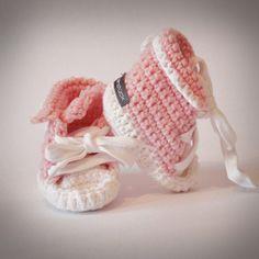 Baby Tschax gehäkelt in rosa von rheinstück. Nachhaltig mit Liebe gemachte Babyschuhe!