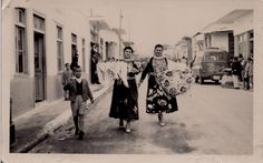 Το έθιμο του Μάη στα Μέγαρα Αττικής...  Το έθιμο του Μάη αναβιώνει ακόμα και σήμερα στην πόλη των Μεγάρων την παραμονή της Πρωτομαγιάς. Ένα έθιμο πανάρχαιο το οποίο και δεν συναντάμε σε κανένα άλλο μέρος της Ελλάδας. Η αρραβωνιασμένη νύφη συνοδευόμενη από άλλες φίλες της, ντυμένες όλες με την παραδοσιακή τοπική ενδυμασία, τα »κατηφένια», παρέα με ένα μικρό αγόρι που κρατάει μία κανάτα με κόκκινο κρασί, περνούν από τον κεντρικό δρόμο της πόλης με πορεία πάντα προς τα δεξιά για να καταλήξουν… Greek Traditional Dress, Athens Greece, Old Photos, Easter Eggs, Folk Art, The Past, Old Things, Street View, Memories