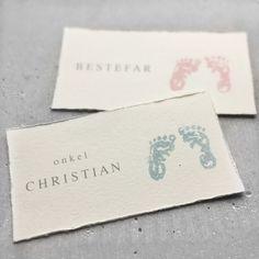 Bordkort til dåp og navnefest med håndtrykt babyfotavtrykk i rosa eller lys blå kalkmaling. Place Cards, Place Card Holders, Letters, Letter, Lettering, Calligraphy
