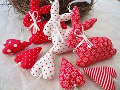 kleine Oster-Anhänger 8 tlg. in rot/weiß.....  ....wunderschön am Osterstrauch, im Osternest, als Geschenkanhänger oder als kleines Mitbringsel.  Die 3 Häschen und die 5 kleinen Herzen sind aus...