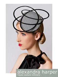 Love how the narrow black band frames her face and the button. Millinery Hats, Fascinator Hats, Fascinators, Headpieces, Fancy Hats, Cool Hats, Crazy Hats, Love Hat, Hat Hairstyles