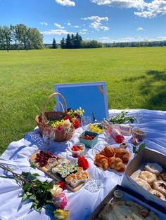 Picnic Date Food, Picnic Time, Picnic Foods, Summer Picnic, Summer Aesthetic, Aesthetic Food, Aesthetic Outfit, Cute Food, Yummy Food
