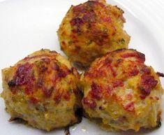 Κεφτεδάκια λαχανικών:Ιδέα για να φάνε τα παιδιά λαχανικά. Υλικά 4 μεγάλες πατάτες 4 κολοκυθάκια 3 καρότα 1/2 ποτήρι φρυγανιά αλάτι πιπέρι μαϊντανός μισο ματσάκι ψιλοκκομένο 2 κουταλάκια του γλυκού δυόσμο αλεύρι 1 μεγάλο κρεμμύδι τριμμένο 1 κουπα τυρι φέτα σε κομματια ή κίτρινο τυρί (προαιρετικά)  Εκτέλεση: Πλένουμε τα υλικά