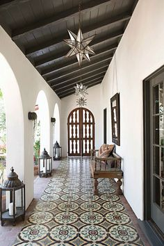 Mix and Chic: A beautifully layered and charming Spanish Colonial Revival. - Mix and Chic: A beautifully layered and charming Spanish Colonial Revival. Spanish Colonial Homes, Spanish Style Homes, Colonial Kitchen, Spanish Style Interiors, Spanish House Design, Modern Spanish Decor, Spanish Style Decor, Spanish Revival Home, Modern Colonial