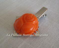 Pinzetta per capelli in metallo argentato con filigrana a fiore a quattro petali con rosa in fimo arancione