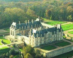 Vue aérienne du Château d'Ecouen- ECOUEN- 1) HISTOIRE, 1.1: UN CHATEAU PRINCIER, 5: En 1547, Anne de Montmorency fait appel à JEAN BULLANT pour achever l'aile nord et construire le portique sud qui devait abriter les 2 sculptures de Michel-Ange, L'Esclave mourant et L'Esclave rebelle, que le roi Henri II venait de lui offrir.