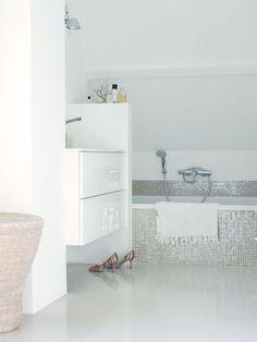 Rustige en lichte badkamer met wit (accent groen/grijze vloertegel)