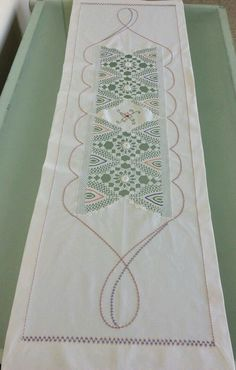 This Pin was discovered by Ayş Tatting Tutorial, Crochet Home Decor, Point Lace, Crochet Tablecloth, Bargello, Home Textile, Wall Decals, Needlework, Diy And Crafts