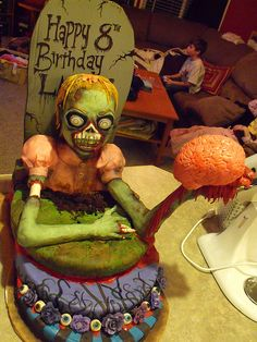 Here's a collection of zombie cake designs that will make you surely think before you dare to eat them, served to you in candle light atmosphere. Zombie Birthday Cakes, 2 Birthday, Zombie Birthday Parties, Birthday Cake For Him, Zombie Party, Zombie Cakes, Birthday Ideas, Masque Halloween, Halloween Cakes
