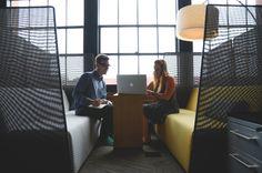 En Growme convertimos a los jóvenes de tu empresa en tutores. Ellos compartirán sus experiencias con otros jóvenes en búsqueda de empleo y les asesorarán sobre cómo adaptar sus perfiles a las demandas de las empresas. A través de los tutores podrás identificar a jóvenes con talento que incorporar un día a tu organización. Participando con nosotros estarás construyendo una cultura de solidaridad en tu compañía.