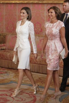 Queen Letizia of Spain Photos Photos: Spanish Royals Host a Lunch For President of Romania Queen Letizia of Spain (L) receives Romanian President wife's Carmen Iohannis (R) at the Royal Palace on July 2015 in Madrid, Spain. Princess Letizia, Princess Charlene, Queen Letizia, Princess Victoria, Royal Fashion, White Fashion, Work Fashion, Fashion Photo, Fashion Fashion