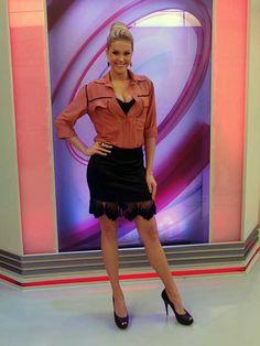 Quer ser fina como Ana Hickmann? Então veja o que a apresentadora considera essencial em um guarda-roupa http://r7.com/LWs2