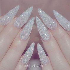I'm loving these holiday nails  @nailsbyeffi