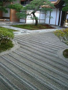 Ginkakuji Temple eBook:   http://www.japanesegardens.jp/gardens/famous/000003.php