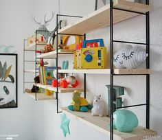 Take a tour around Felix and Charlie's rainbow room, full of toys, more toys and beautifully bright accessories! Styled by Hélène of Studio Des Jolis Momes. Baby Decor, Kids Decor, Home Decor, Vintage Shelf, Rainbow Room, Rainbow Theme, Kids Room Organization, Playroom Ideas, Retro Kids