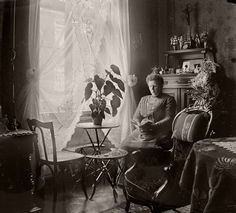 How about living rooms looked like in Victorian and Edwardian eras? Check out these vintage pictures to see people'sdecoration in their par...