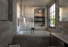 Bad Fliesen in Holzoptik, schwarze Armaturen und eingemauerte Badewanne