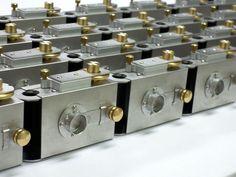Ein kleiner Daniel Düsentrieb aus Südkorea. Wir zeigen euch, wie Kwanghun Hyun seine metallenen Lochkameras selber baut.  Achso, die ganze Geschichte gibt's in der aktuellen Ausgabe von camera. Zu kaufen überall im Bahnhofsbuchhandel...  http://camera-magazin.de/blog/made-in-suedkorea-die-lochkameras-von-kwanghun-hyun/