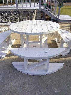 30 Clever DIY Recycled Spool Furniture Ideas for Outdoor Living You are in the right place about wooden reel table dining rooms Here we offer you the most beautiful pictures about the wooden reel tabl Outside Furniture, Pallet Furniture, Furniture Projects, Wood Pallet Recycling, Pallet Crafts, Recycling Ideas, Pallet Ideas, Pallet Projects, Pallet Exterior