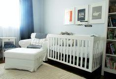 quarto de bebê branco, azul e cinza