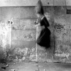 Find the latest shows, biography, and artworks for sale by Francesca Woodman. At age thirteen, photographer Francesca Woodman took her first self-portrait. Francesca Woodman, Black White, Black And White Pictures, Boy Meets Girl, Photoshop, Rhode Island, Julien, Long Exposure, Shutter Speed