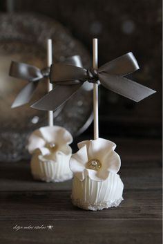 Ditzie Cakes ~ bridal show cake pops Pretty Cakes, Cute Cakes, Beautiful Cakes, Amazing Cakes, Elegant Cake Pops, Elegant Cakes, White Cake Pops, Wedding Cake Pops, Wedding Cakes