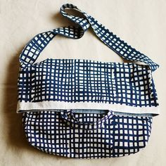 Handmade Home, Handmade Crafts, Diy And Crafts, Sewing Hacks, Sewing Projects, Pouch Pattern, Best Bags, Bag Making, Purses And Bags