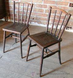 2 sillas antiguas madera. Asiento piel repujada. Relieve figura de atlante -- Circa 1912