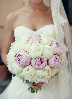 Premium gelin buketi Bembeyaz bir güzelliğe büründüğünüz bu mutlu günde beyaz&pembe şakayık çiçeklerle göz kamaştırın. şakayık Mutluluk Gelin Buketi, sonsuz mutluluğa adım attığınız düğün gününüzü unutulmaz kılacak.