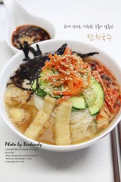 한끼식사로 부족함이 없는 시원한 국물을 강조한 잔치국수입니다. 드셔보신 분 들은 아홉에 열은 꼭 국물의... Cooking Recipes For Dinner, No Cook Meals, K Food, Food Porn, Best Korean Food, Korean Dishes, Food Hacks, Asian Recipes, Food And Drink