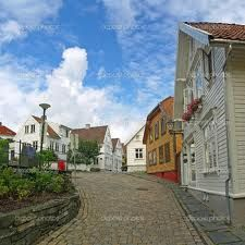 Street with white houses in the old part of Stavanger, Norway Stavanger Norway, Norway Viking, Visit Norway, Future Travel, White Houses, Montana, Scotland, Scandinavian, Places To Visit
