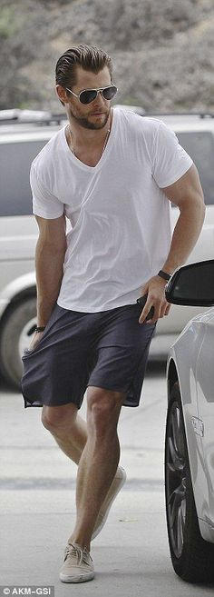 Men Summer Fashion with Chris Hemsworth Mode Masculine, Style Casual, Men Casual, Simple Style, Casual Wear, Casual Shorts, Fashion Moda, Mens Fashion, Men Summer Fashion