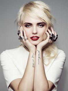 Bonnie Strange mit roten und blonden Haaren - klassischer Make-up-Look, der nie aus der Mode kommen wird.