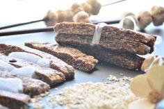 Batoane raw cu fructe uscate. Reteta pe www.chefa.ro Krispie Treats, Rice Krispies, Deserts, Cookies, Chocolate, Food, Crack Crackers, Desserts, Chocolates