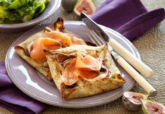 Galette er en fransk boghvedepandekage bagt med fyld, her med figner og gedeost, der passer godt med den let salte smag fra laksen.
