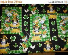 O les tissus irlandais--w de scènes de St Patrick trèfles à quatre feuilles--tissus Fun de la chance