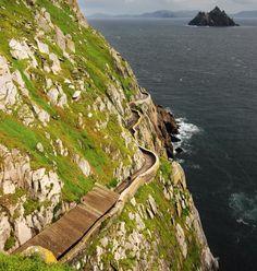 szlak przyklejony do urwiska Irlandia