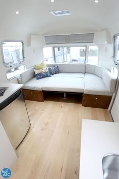 Best Airstream Trailer Bedroom Design Ideas For Cozy Sleep Outdoors - Home and Camper Airstream Living, Airstream Campers, Airstream Remodel, Airstream Renovation, Airstream Interior, Vintage Airstream, Remodeled Campers, Vintage Campers, Trailer Interior