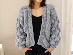 Oversize cardigan with modern bubbles in coarse yarn – knitting instructions via Makerist.de # Knitting makes you happy Source by makerist Fashion Tips For Women, Diy Fashion, Fashion Ideas, Fashion Outfits, Fashion Design, Knitting Yarn, Knitting Patterns, Easy Knitting, Crochet Pattern