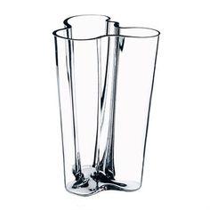 Den klassiska Finlandia vasen i klarglas designades år 1936 av Alvar Aalto för finska Iittala. Vasen är tillverkad i glas av hög kvalitét och har en tidlös design som passar in de flesta hem och miljöer. Använd vasen till tulpaner eller andra blommor och kombinera den gärna med andra fina produkter designade av Alvar Aalto! Välj mellan olika storlekar.