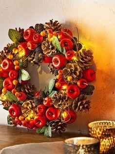 LED-Dekokranz Herbst - #herbstlicheaußendeko - Zauberhafter Kranz mit Beleuchtung, Reich geschmückt mit Äpfelchen, Zapfen & Co., Mit 10 warmweißen LEDs, Batteriebetrieb – frei zu dekorieren, Mit komfortablem 6-Stunden-Timer, Vielseitig: zum Aufhängen, Legen oder Anlehnen Eine fantasievolle Deko-Runde So farbenfroh lieben wir den Herbst! Leuchtend rote Äpfel und bunte Beeren bieten einen schönen Kontrast…... Farmhouse Halloween, Halloween Porch, Fall Home Decor, Holiday Decor, Fall Swags, Fall Mason Jars, Fall Containers, Fall Planters, Porch Decorating