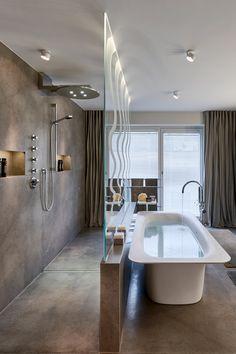 Lediglich eine hauchzarte Glastrennwand trennt in diesem Badezimmer die Dusche von der Badewanne!