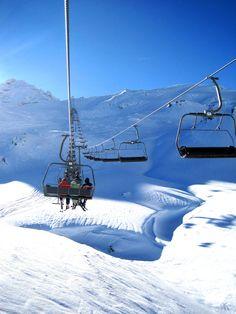 Een skivakantie in Hochzillertal is een ideale vakantie voor gezinnen met kinderen. Het is een familievriendelijk skigebied, met name geschikt voor de beginnende en gemiddelde skiër. Er zijn diverse ski-scholen met speciale aandacht voor kinderen. Vanuit het dalstation in Hochzillertal zijn twee overdekte en verwarmde 8-zits gondels bereikbaar, waardoor door de grote capaciteit weinig wachttijden zijn. #Wintersport #Skien #Snowboarden #Oostenrijk #Sneeuw #Hochzillertal
