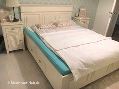 Doppelbett Im Landhausstil Mit Einem Geraden Kopfteil Und Fußteil  #massivholzbett #landhaus #betten #